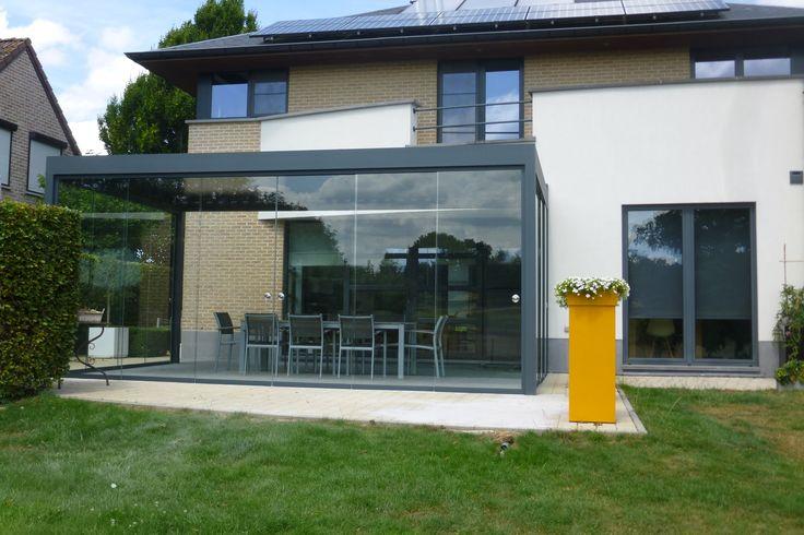Lamellendak terrasoverkapping met sliding glas van Sunflex rondom en ledverlichting aanbouw aan crepie woning te Leuven door Horpirol