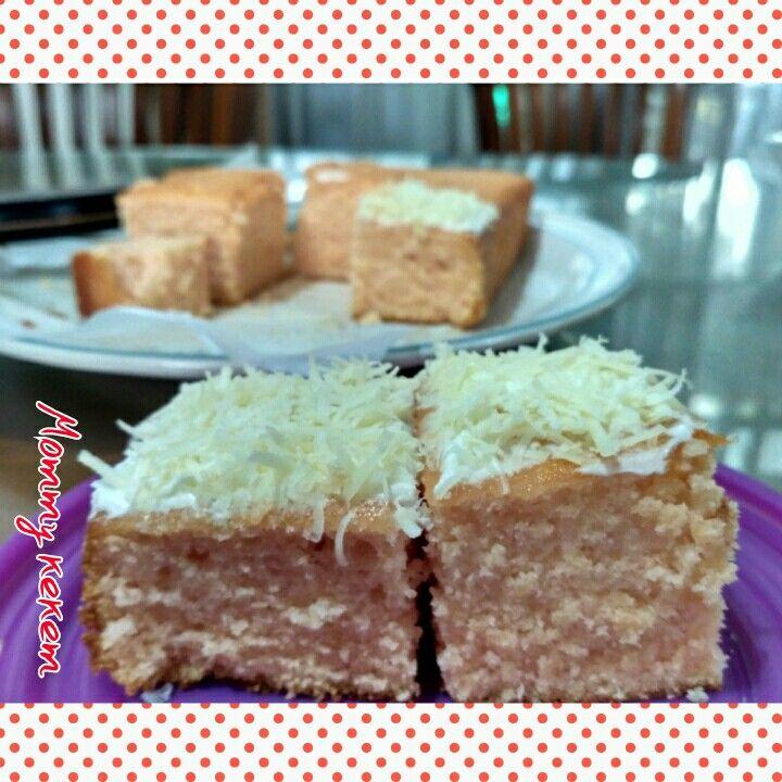 Strawberry yogurt cake with cheese