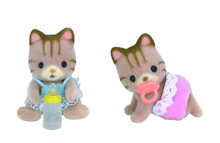 Το αγοράκι από τα δίδυμα μωρά της οικογένειας ο Scott λατρεύει τα αυτάκια της οικογένειας Rabbit, για αυτό η μαμά του του έφτιαξε ένα ψάθινο καπελάκι με μεγάλα αυτάκια. Η δίδυμη αδελφή του η Skyler είναι ένα πολύ κοινωνικό και φιλικό μωρό χαμογελάει και χαιρετάει όλο τον κόσμο  που συναντάνε στο δρόμο. Έχει και η Skyler ψάθινο καπέλο με αυτάκια που το λατρεύει για αυτό το φοράει και μέσα στο σπίτι.