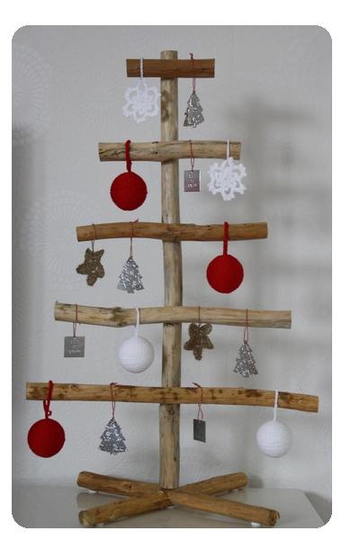 Zelfgemaakte kerstboom met o.a. gehaakte kerstballen.