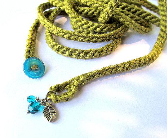 Crochet envoltura pulsera o collar en verde oliva claro con encantos pulsera brazalete, estilo bohemio, joyas de crochet, joyas de fibra, Moda primavera