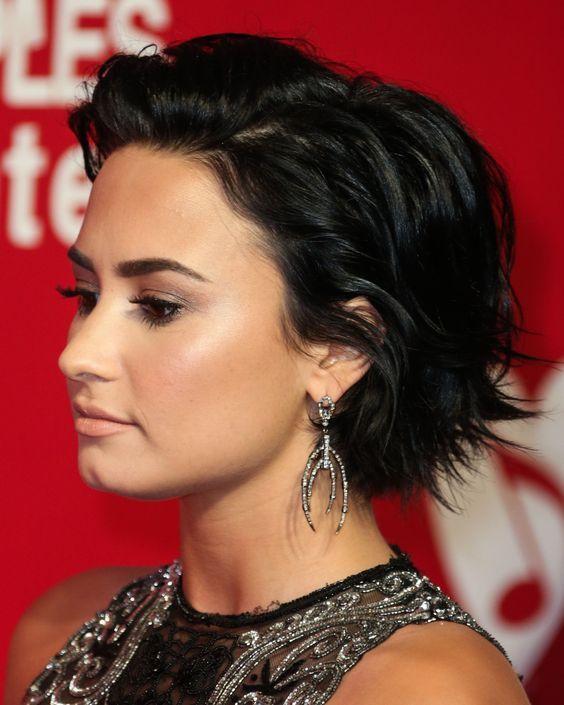 We love black hair! 10 super stoere korte modellen in een diep zwarte kleur. - Kapsels voor haar