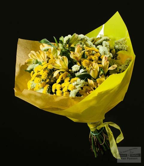 Een goed gevuld boeket met o.a. Statice Yellow Sun Birds, Alstroemeria en tros chrysant, Stallion Yellow.