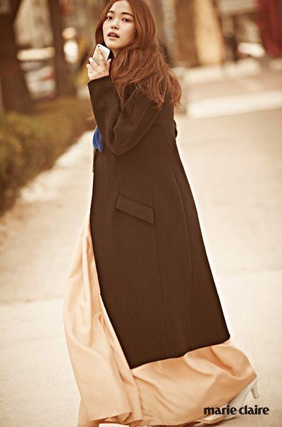 칼라 부분의 퍼 장식이 멋스러운 블랙 롱 코트 4벡87만원 모두 프로엔자 스쿨러(Proenza Schouler), 안에 입은 한복 치마 저고리 모두 가격 미정. 화보의 모든 한복은 담연(Damyeon)과 담연 화(Damyeon Hwa).