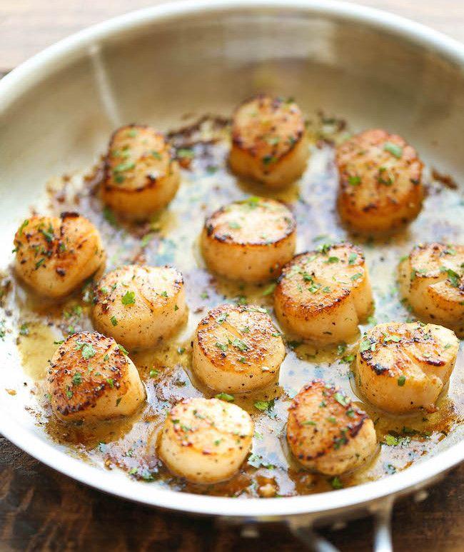 Tout ce dont vous avez besoin c'est cinq ingrédients et dix minutes et vous mangerez les meilleures pétoncles grillés au beurre à l'ail au monde!