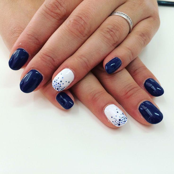 Ongles gel. Ongles bleus et blancs. Petits points. Petits pois. Nail art. Blues nails. Whites nails.