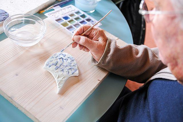 Façonnage et textures d'écailles de Dragon pour la murale à l'hôpital psychiatrique Belle-Idée à Genève . . . . . #ateliernayan #ecailles #dragon #bleu #porcelaine #hopital #HUG #BelleIdee #arttherapie #mosaique #art #mural #participatif #mediationculturelle #arttherapy #ecoart #mosaic #mosaicart #mosaics #mosaico #porcelain #ceramics #ceramicart #contemporaryceramics #keramik #céramique #cerámica