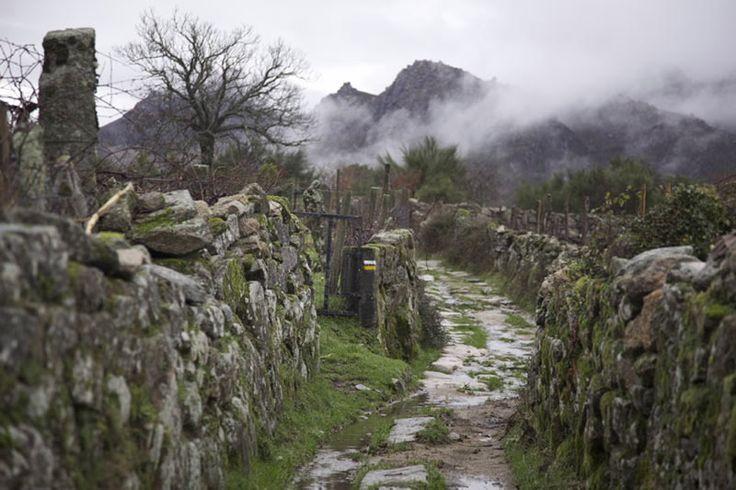PR-G128 Rota do Pan Esta ruta se enmarca dentro del territorio del Parque Natural Baixa Limia-Serra do Xurés lo que le confiere un gran atractivo, atravesando lugares que conservan el carácter propio de las poblaciones de montaña. En su parte final muestra la frontera natural que separa Galicia de Portugal, presentando una equilibrada combinación de intereses culturales, etnográficos y paisajísticos.
