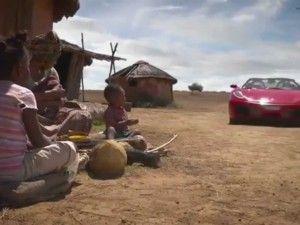 Uomo in Ferrari ruba il cibo ai poveri, la campagna shock (VIDEO)