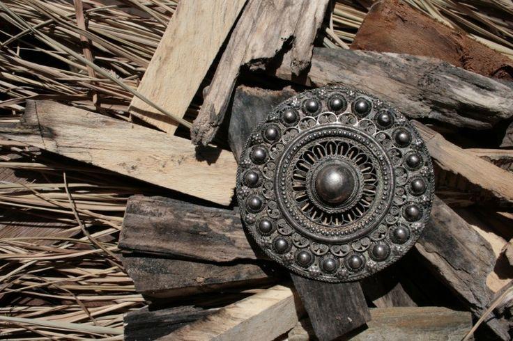 Merlijn, een edelsmid in Goes, maakt nieuwe, moderne sieraden van oude Zeeuwse sieraden. Mijn ring met het Zeeuwse knopje komt daar ook van...