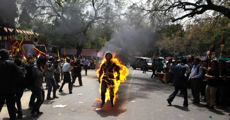 Tibetano exilado Janphel Yeshi, 27, ateia fogo em si mesmo nesta segunda-feira (26), em Nova Déli, durante protestos contra a visita do presidente da China, Hu Jintao, à Índia