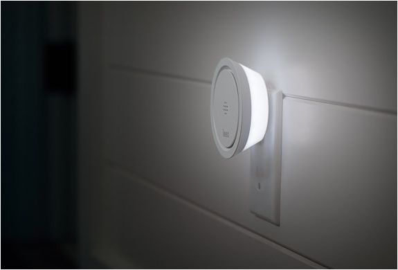 Smoke alarms are essential but don´t do much except beep, but what if you´re away from home and can´t keep track of your smoke alarm? Leeo is a smart alert nightlight that listens to your existing smoke and carbon monoxide alarms and alerts you (or y
