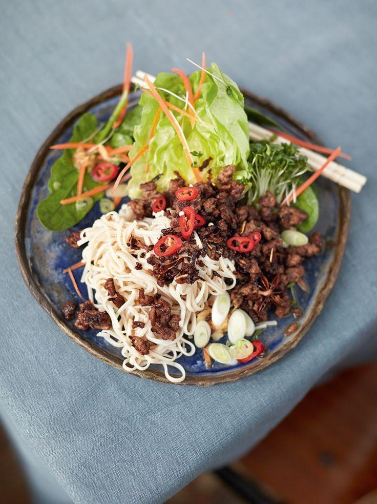 Hmmm! Jamie oliver's super food salade met bruine rijst nodles en rundergehakt. Asian crispy beef