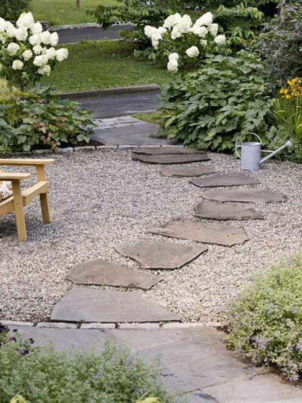 chaise en bois pour le jardin avec une allée de jardin avec galet blanc
