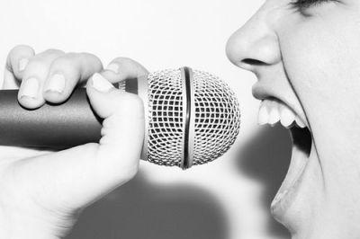 """""""A expressão """"técnica vocal"""" se refere à compreensão e boa utilização de princípios e reflexos fisiológicos que resultam em uma boa emissão vocal. Em outras palavras, técnica vocal é a maneira de utilizarmos o nosso instrumento (a voz) para obter o melhor desempenho possível, sem causar danos físicos. Explicando de maneira simples: técnica vocal é a arte de cantar bem""""."""