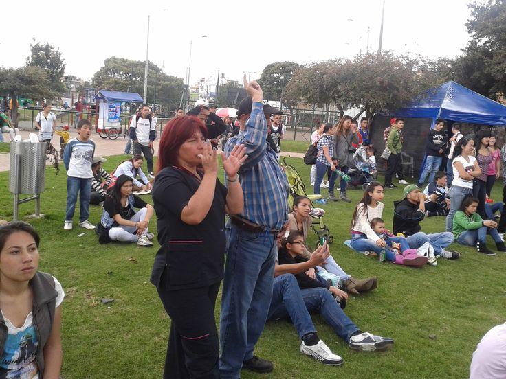 Padres apoyando a sus hijos que están en el escenario!