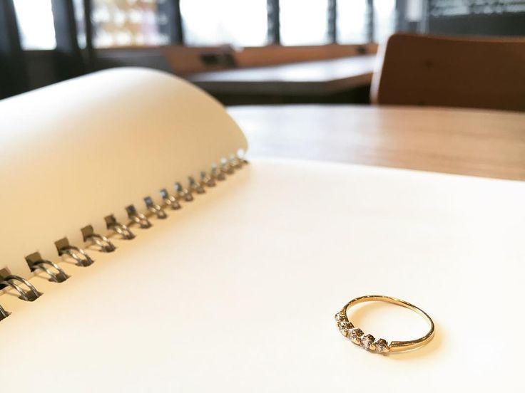 カフェでホッと一息心地の良い日差しにリングがキラリ #カフェ #指輪 #リング #ring #ゴールド #沖縄 #okinawa #天久加工所 #amekukakosyo #アメクカコウショ