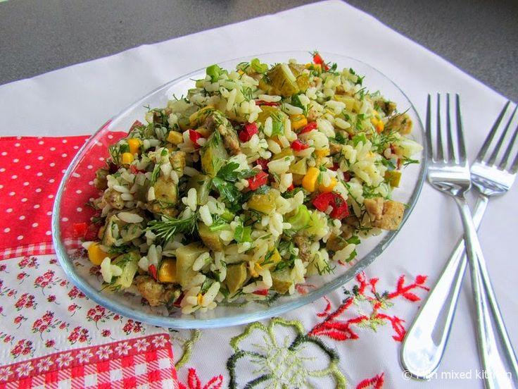 Tavuklu pirinç salatası (Turkse rijstsalade met kip, rauwkost en groene kruiden)