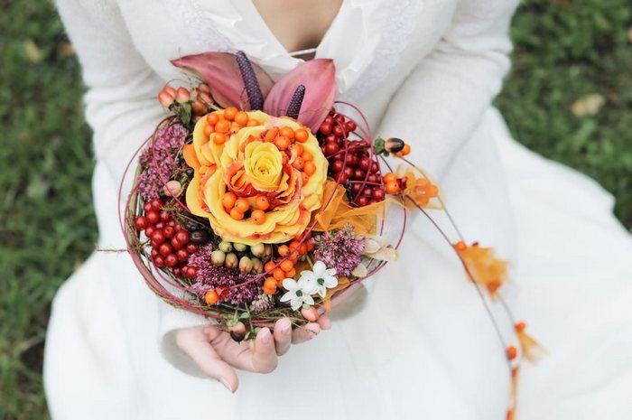 Skimmia  La Skimmia presenta folti grappoli di piccoli fiori bianchi e rossi, tipo bacche, ed è coltivata come pianta ornamentale. Spesso i gambi sono abbastanza corti ed adatti per la preparazione di bouquet.