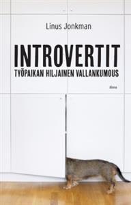 Linus Jonkmanin Introvertit - työpaikan hiljainen vallankumous palauttaa hiljaisten tyyppien maineen. Osa meistä ideoi parhaiten itsekseen, puhuu harkiten ja pohtii päätöksiä tarkkaan. Monet ongelmat niin töissä kuin kotonakin kumpuavat introverttien ja ekstroverttien eroista. Miten nämä persoonallisuustyypit eroavat toisistaan? Miten ongelmia tulisi ratkoa? Entä voiko ekstrovertiksi opetella - ja onko siinä järkeä? Ajatteletko ensin ja avaat suusi vasta sitten? Vaivaannutko, kun myyjä…