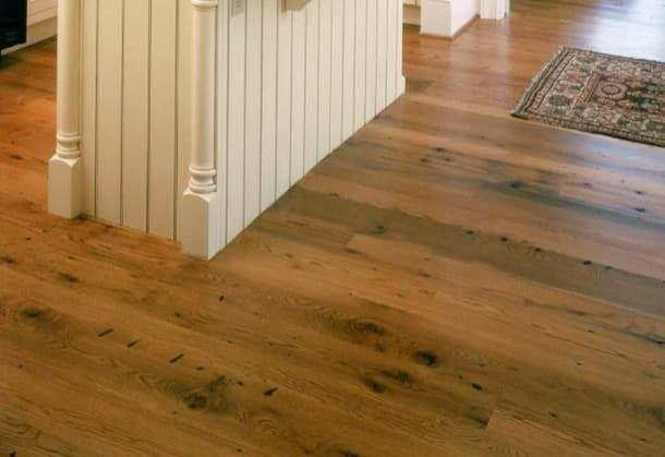 Suelos de madera recuperada, de Mountain Lumber. La firma Mountain Lumber está especializada en la producción de suelos y muebles, que están hechos con madera recuperada, procedente de derribos. Se emplean maderas antiguas de la estructura de viejos graneros. Luego unos artesanos las preparan y embellecen. Tienen poco o ningún contenido en compuestos orgánicos volátiles. Este material se puede utilizar para suelos radiantes.  #Madera, #Materialesinnovadores, #Sostenib
