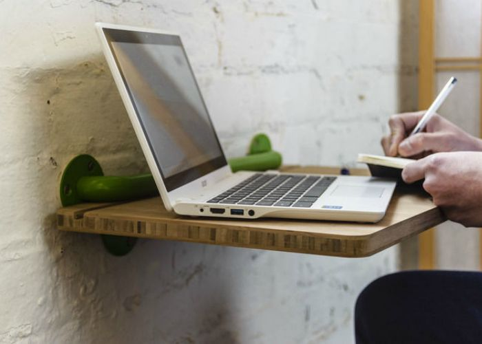 Компания Yois Design представила проект портативного стола. Сделанная из бамбука столешница легко изымается и используется как портативный столик для колен. Этот столик помогает не только более функционально использовать пространство в доме, но также быть использованным как элемент декора.