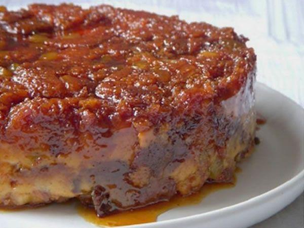 Ce dessert fait à la maison est l'un des douceurs de Noël plus traditionnels. Innovez et voyez comment faire ce pudding au pain avec la vanille, le lait concentré sucré, les fruits secs et les pommes. C'est délicieux! N'hésitez pas …