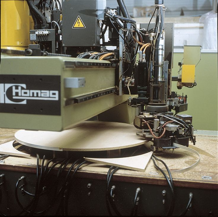 Homag-BAZ, ronde vormen afkanten met smeltlijm. /  La Homag encolle des chants sur des formes arrondies à l'aide de colle thermofusible.