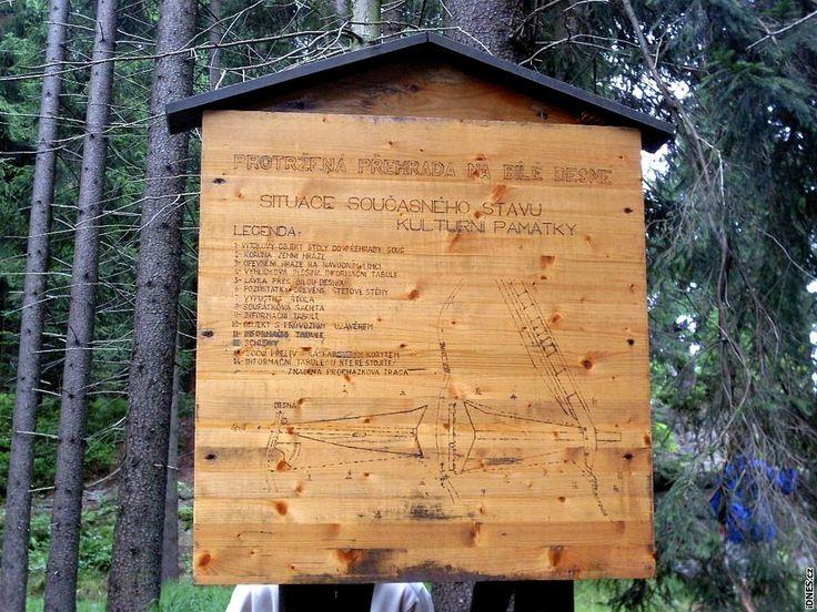 Protržená přehrada dnes - dřevěná informační tabule na naučné stezce