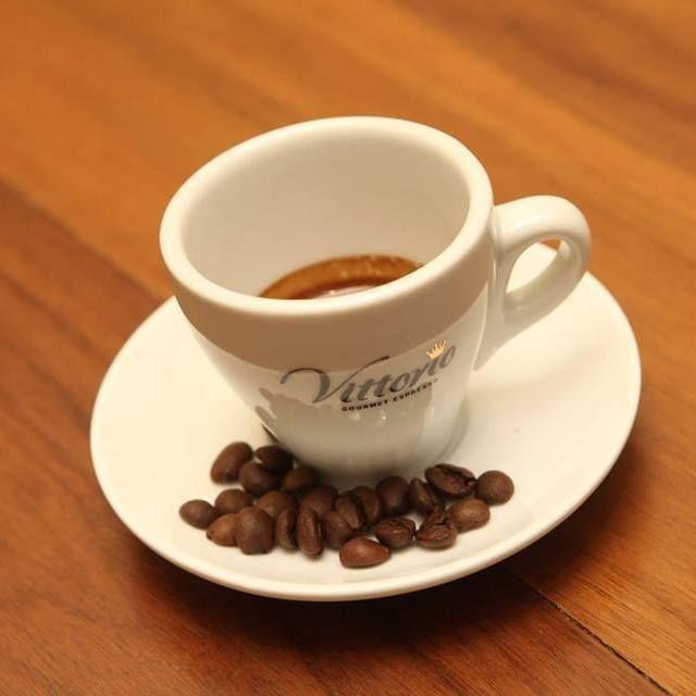 Ποια είναι η κατάλληλη ώρα για να πιείτε καφέ;  Μια άλλη μελέτη αποκαλύπτει ότι η κατάλληλη ώρα για την κατανάλωση καφεΐνης είναι μεταξύ 09:30 και 11:30 π.μ. καθώς εκείνο το διάστημα τα επίπεδα της κορτιζόλης πέφτουν. Η κορτιζόλη είναι ορμόνη του στρες και η παραγωγή της σχετίζεται με την εγρήγορση.  Ο Δρ Στήβεν Μίλερ από το Πανεπιστήμιο της Βηθεσδά εξηγεί ότι τα επίπεδα της κορτιζόλης κορυφώνονται μεταξύ 08:00 και 09:00 π.μ. μεταξύ 12:00 και 13:00 μ.μ. και πάλι μεταξύ 17:30 και 18:30 μ.μ…