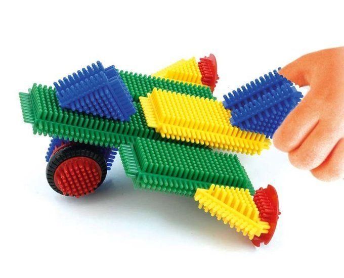 Ken jij deze Nopper bouwstenen ook nog van vroeger? Dit geweldige speelgoed is nu opnieuw uitgebracht door Miniland. Ze heten nu Pegy bricks, maar zien er nog exact hetzelfde uit als toen. Verkrijgbaar bij De Oude Speelkamer.