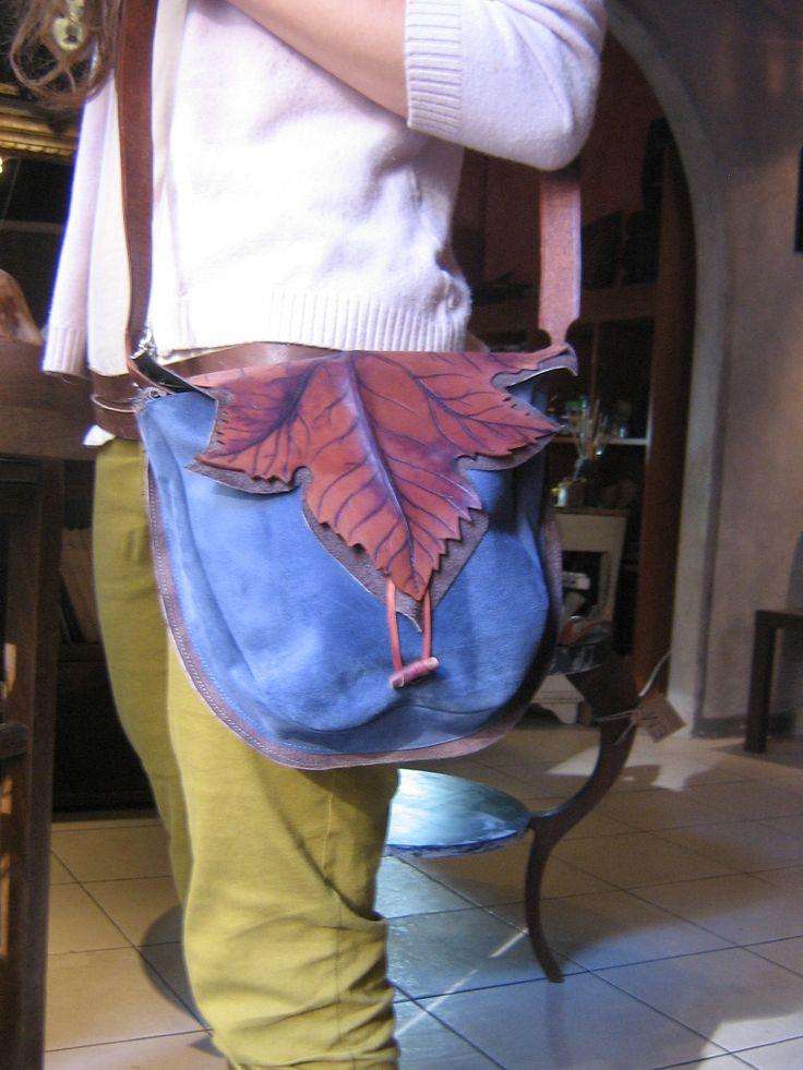 borsa in pelle colorata scamosciata e cuoio dipinto a mano.