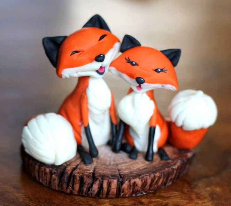 foxes by Zoe's Fancy Cakes, who also has a You Tube channel, check out her fb page! they are fab :)