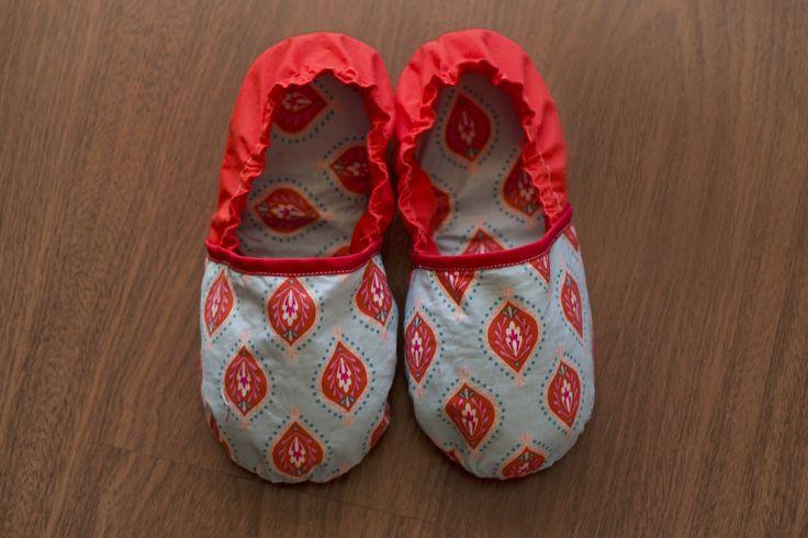 Pantufas vermelhas e azuis, de tecido, interior de entretela, com elástico e palmilhas interiores de borracha. #fashion #pantufas #sabrinas #costura