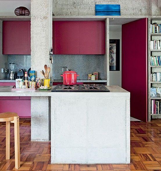 Adepto da arquitetura brutalista, o arquiteto Eduardo Chalabi fez bancada de concreto armado para a cozinha. Os armários são da cor vinho – tonalidade quente que contrasta com o cinza
