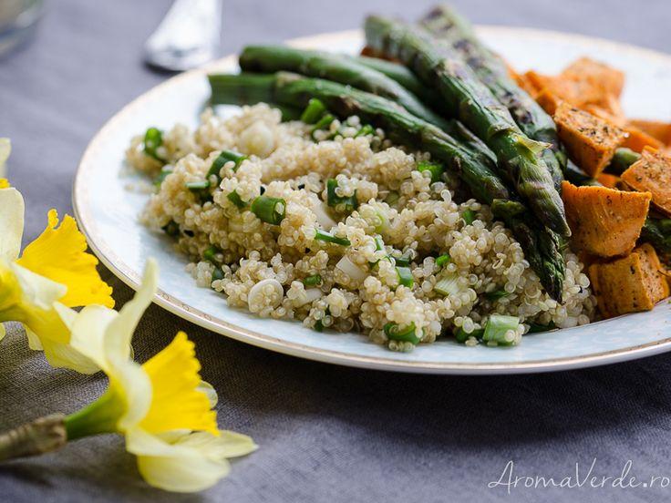 O rețetă vegană cu quinoa, cartofi dulci și sparanghel care îți aduce un aport de proteine necesare, vitamina A și K și alte minerale benefice nouă.