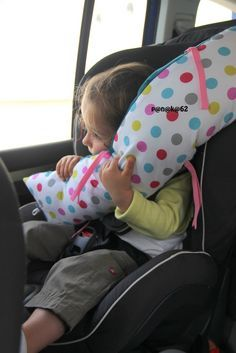 Lors d'un voyage en voiture en juillet, j'ai vu ma fille endormi en se tordant le cou, la tête complètement baissée. La pauvre, ça l'a réveillé plusieurs fois. J'ai regardé sur Pinterest (je ne vou...