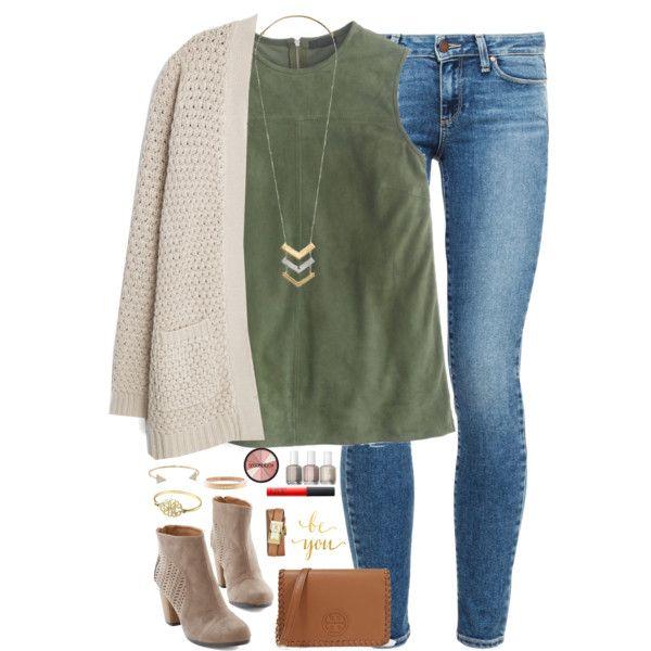 Sueter beige, blusa verde, pantalon claro viejo, zapatos cafes, collar dorado