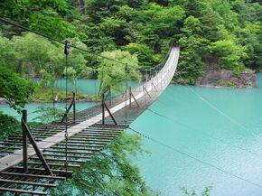 静岡県・寸又峡(すまたきょう)の観光名所が、名物「夢の吊り橋」です。大間川と寸又川の合流点にかかる橋は、長さ90m高さ8m。美しい寸又峡谷だけでなく、毎日色が変化するダム湖を楽しむ事が出来ます。