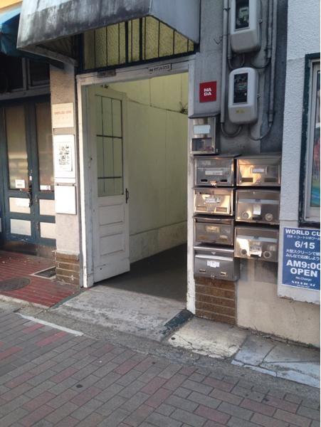 出町柳駅から徒歩6分にあるコーヒー専門店。自分の好みに合わせてオススメの一杯を出してくれる。丁寧にハンドドリップしてくれたコーヒーは絶品。コーヒーに合うスイーツも数種類おいてある。店内はとても落ち着いた雰囲気でゆっくりとコーヒーを味わいたい時にオススメ。