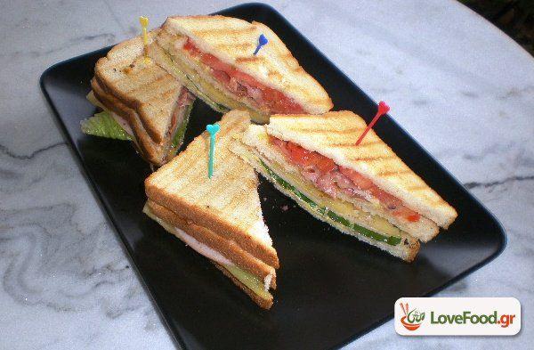 Σπιτικό κλαμπ σάντουιτς (club sandwich). Και ο εργένης έχει ψυχή συνταγή από το loveFood. Δείτε και δοκιμάστε Συνταγές Μαγειρικής που αγαπάμε!