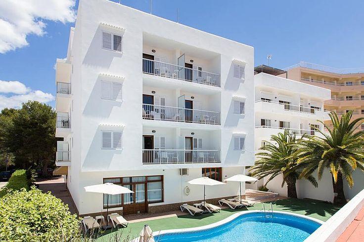 Description: Fijne appartementen op 300 meter van het Canar strand en het dorp Alles bij de hand Als je aan Ibiza denkt dan denk je gelijk ook aan het strandleven. Lekker luieren beetje zwemmen drankje drinken of met de kinderen in het zand kastelen bouwen. Lekker je eigen ding doen. Laat dat nu uitstekend te combineren zijn met een verblijf in de Sofia Appartementen. Hier vind jouw thuis op Ibiza. Het strand ligt namelijk op minder dan 5 minuten lopen. En rondom het strand van Es Canar vind…