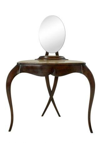 Coiffeuse ispirata agli eleganti anni Trenta, in mogano, Coiffeuse mod. 76-0050, Christopher Guy, cm 97x60x134h, costa 5.586 euro.