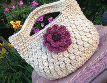 Çiçekli tığla örülmüş örgü çanta