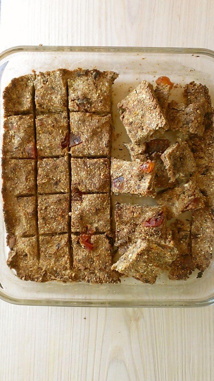おからとオートミールのエナジーバー    おからとオートミールで美容とダイエット中の栄養補給に。食物繊維がとれるので便秘解消にもなります。砂糖不使用でも美味しい!     材料 手作りおから 100g オートミール 100g きなこ 大さじ2 好みのドライフルーツ 80g 好みのナッツ 20g 豆乳 大さじ1−2 オリーブオイル 大さじ1   作り方 1 ナッツと、豆乳、オリーブオイル以外の材料をフードプロセッサーに入れてよく回す。 2 ナッツ、オリーブオイルを入れてパルスする。 豆乳は生地の状態を見ながら入れパルスする。 3 生地が手で握りしめるとかろうじて固まるぐらいのぽろぽろの状態になったらOK. 4 パイレックス型に生地をしっかり押し固めていれ、ピザカッター等で好みの形に筋を入れておく。 5  180度に余熱したオーブンで20分ほど焼く。 6 焼けたら取り出しぱきぱきと筋に沿って折って出来上がり。……
