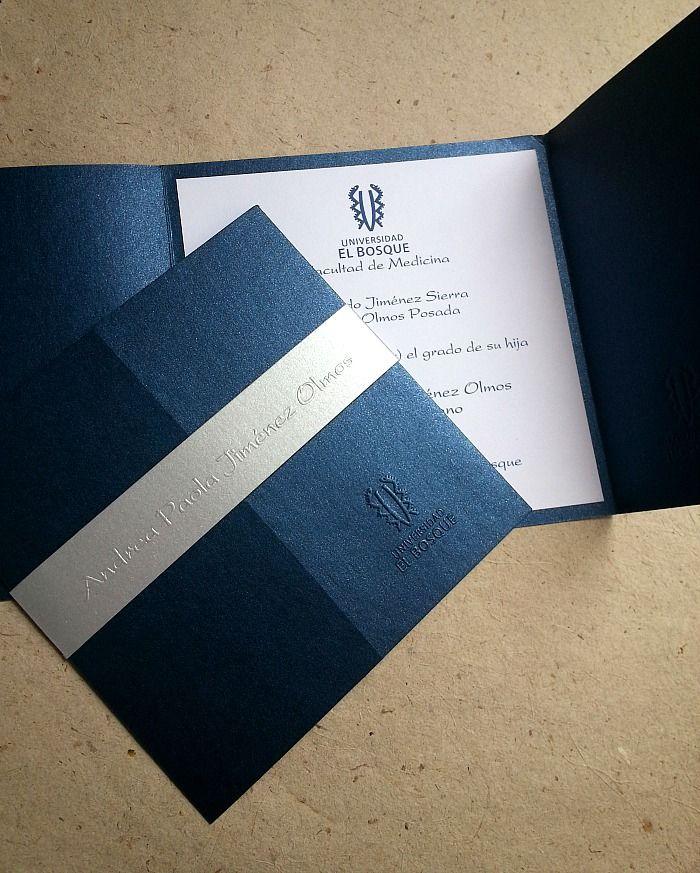 Invitaciones para Grado elegante tipo Cuadrada franja repujada nombre del graduado Universidad El Bosque Ref TG3