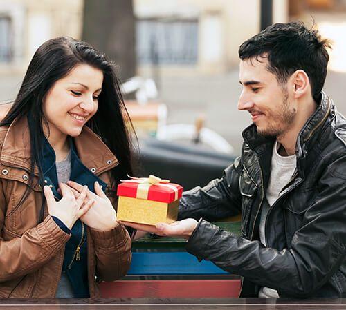 Zrób bliskiej osobie nietypowy prezent i zafunduj kupon na zabiegi i kosmetyki. Drugie zaproszenie na zabiegi otrzymasz 10 % taniej.