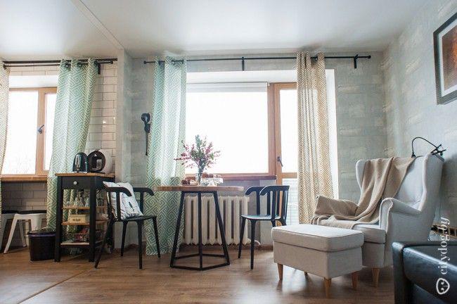 Портьеры с геометричным орнаментом оформляют оконные проемы квартиры-студии площадью 32 кв.м