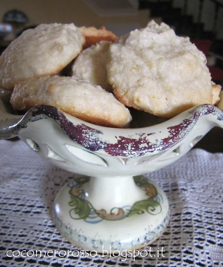 Ecco un ottimo modo per riciclare gli albumi. La ricetta è di Valentina Gigli. Questi biscotti sono buonissimi, sono senza glutine, sono al limone e il profumo, come dice lei, si diffonde per tutta la casa; si preparano e si mangiano velocemente, li ho sfornati all'ora di pranzo e a cena li ho dovuti nascondere altrimenti non li avrei trovati per la colazione di stamattina!!!!!!