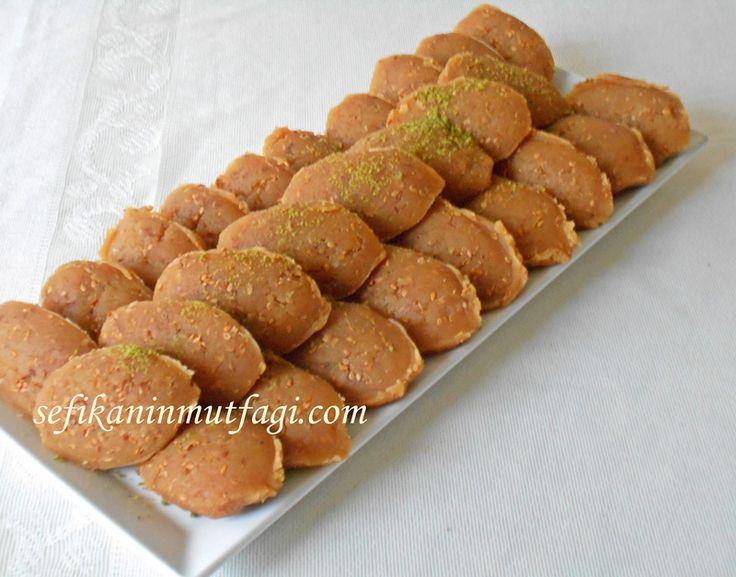 Geleneksel Türk Mutfağı tatlılarından biri hele birde çıtır çıtır susam ve pekmezle tek kelimeyle enfes  Pekmezli Un Helvası #TürkMutfağı #unhelvası #helva #tatlı #tatlıtarifleri #dessert http://sefikaninmutfagi.com/pekmezli-un-helvasi/